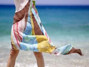 Frau im Strandkleid am Meer